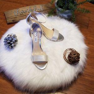 BNIB Womens sz 6.5 Nina Venetia Silver Heels